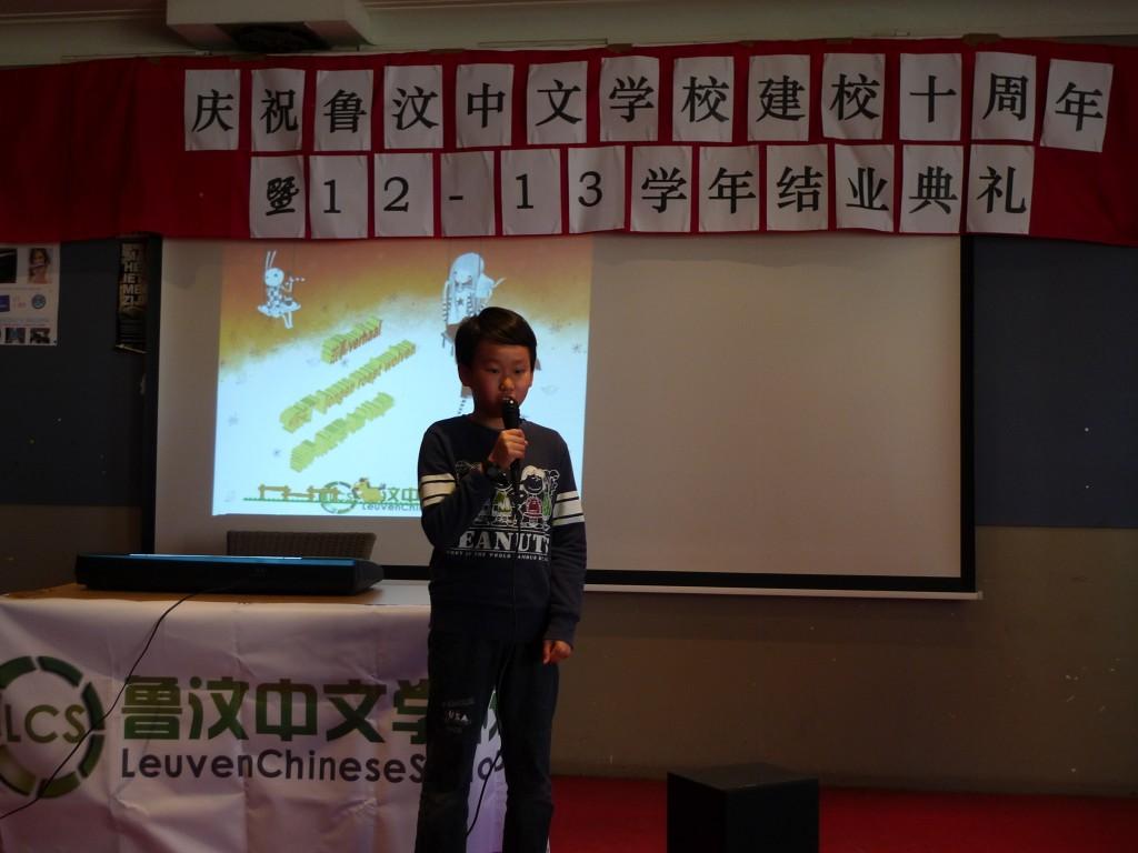 中级班学生在用双语讲故事