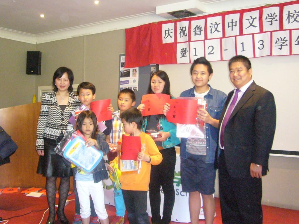 刘景瑞董事长和名誉校长顾敏给学生颁奖