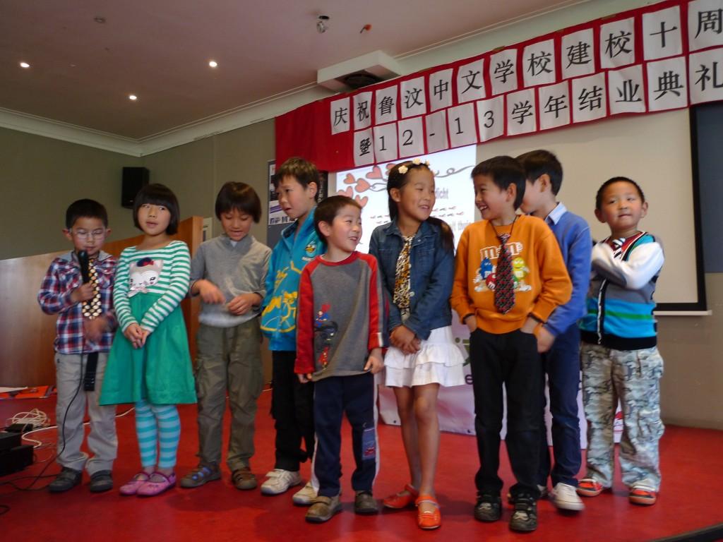 初级班学生在表演节目