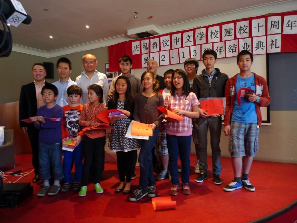 学生家长代表给获奖学生发奖