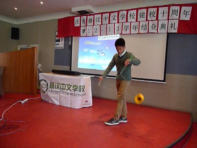 学生表演抖空竹