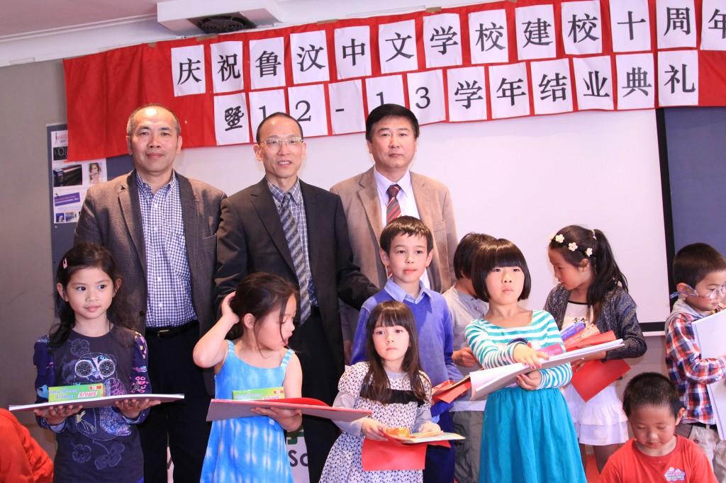 来宾宋志伟先生、申小海先生和张智勇校长给优秀学生颁奖