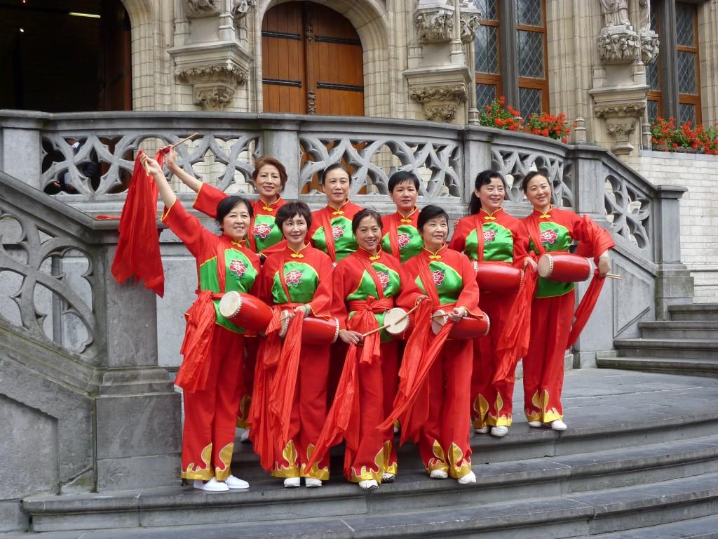 秧歌队在鲁汶市政厅大楼前合影