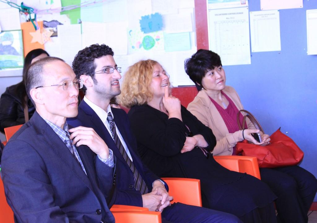 过琳主任、Vandevoort副市长、Ridouani副市长和张智勇校长在观看学生节目表演